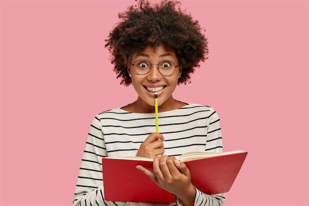 Poziome zdjęcie szczęśliwej zachwyconej damy ma inspirację do napisania nowej powieści