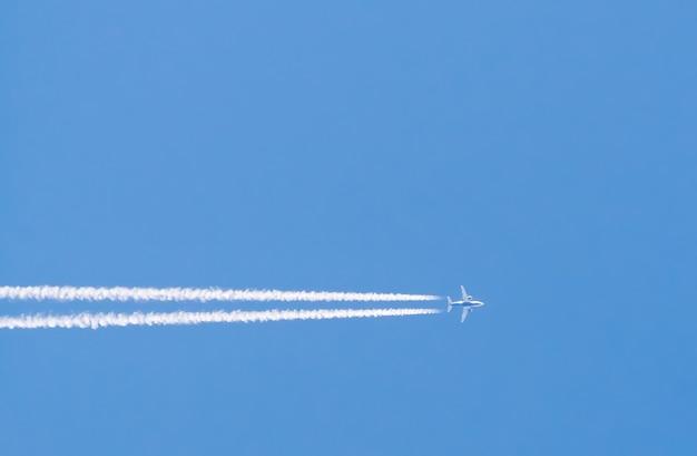 Poziomy ślad samolotu lecącego w czystym, błękitnym niebie