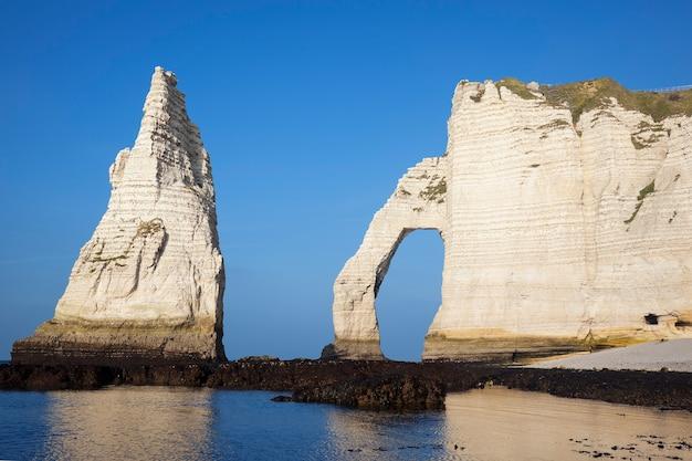 Poziomy Widok Klifu Etretat Aval, Normandia, Francja, Europa. Premium Zdjęcia