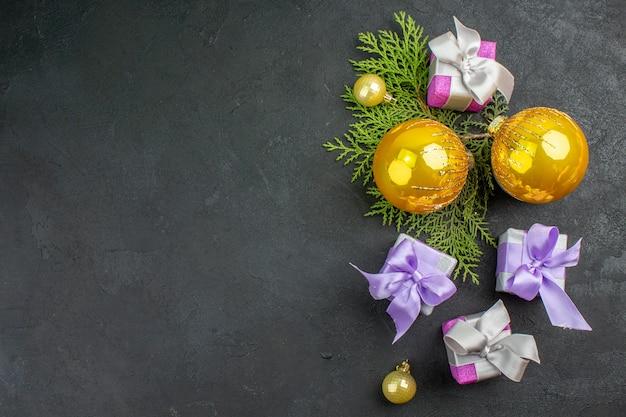 Poziomy widok kolorowych prezentów i akcesoriów dekoracyjnych na ciemnym tle