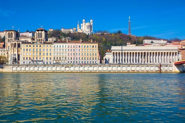 Poziomy widok lyonu i rzeki saony we francji, europie.