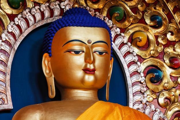 Pozłacany posąg buddy siakjamuniego w buddyjskiej świątyni tsuglagkhang.