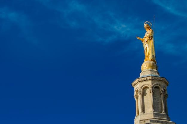 Pozłocista statua maryja dziewica przy notre-dame des doms katedrą w avignon, francja