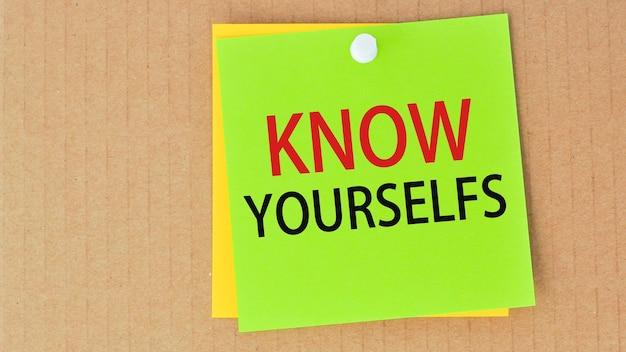 Poznaj siebie napisane na zielonym papierze i przypięte na tablicy korkowej, może służyć do koncepcji biznesowej, finansowej i edukacyjnej