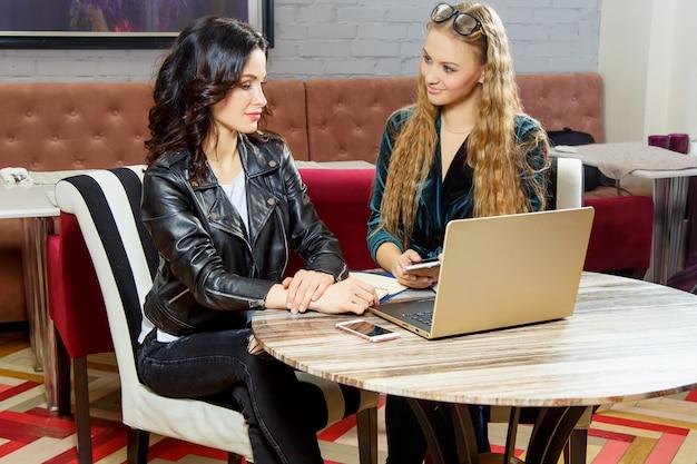 Poznawanie nowych trendów projektowych w kawiarni