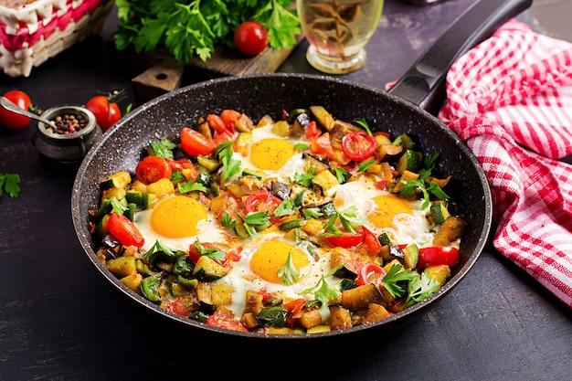 Późne śniadanie - jajka sadzone z warzywami. shakshuka. kuchnia arabska. koszerne jedzenie.
