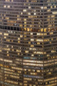 Późno pracujący budynek miejski