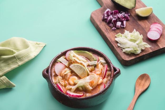 Pozole czerwony typowe meksykańskie jedzenie