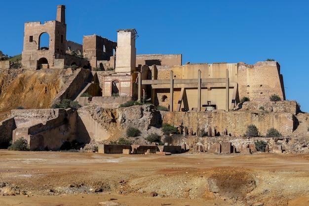 Pozostałości konstrukcji, które były częścią kopalni mazarron murcia, teraz obszar pustynny