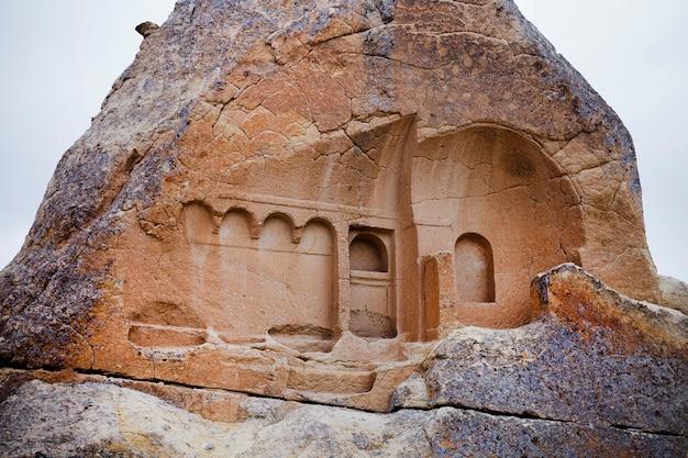 Pozostałości piaskowego kościoła, około ix wieku. po zawaleniu się skały odsłonięto jedną ścianę jaskiniowego kościoła chrześcijańskiego. göreme, turcja.