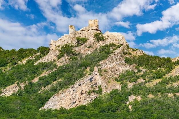 Pozostałości starożytnej fortecy chirag gala na szczycie góry, położonej w azerbejdżanie