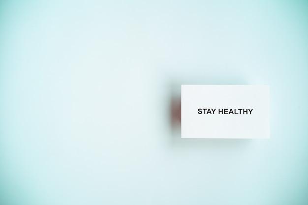 Pozostań w domu i zdrowo, aby zapobiec kampanii rozprzestrzeniania się covid-19, tekst na papierze ze spacją po lewej stronie