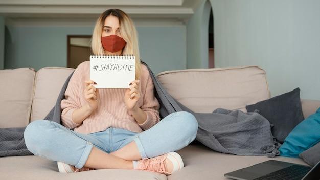 Pozostań w pomieszczeniu kobieta ubrana w czerwoną maskę medyczną