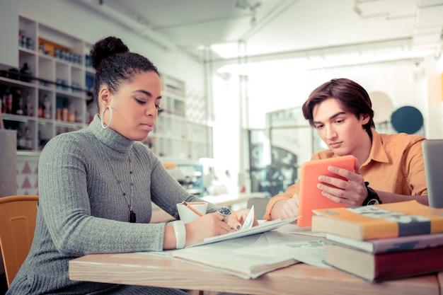 Pozostawanie w kontakcie z korepetytorem. uczniowie komunikują się ze swoim nauczycielem online za pomocą tabeli