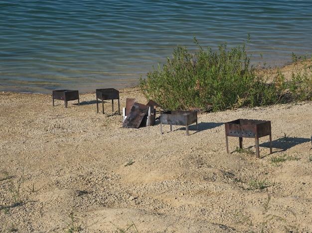 Pozostawione śmieci na brzegu jeziora