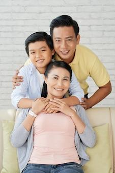 Pozowanie do fotografii z kochającymi rodzicami