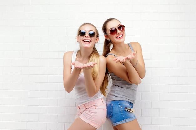 Pozowanie dwóch przyjaciół. nowoczesny styl życia