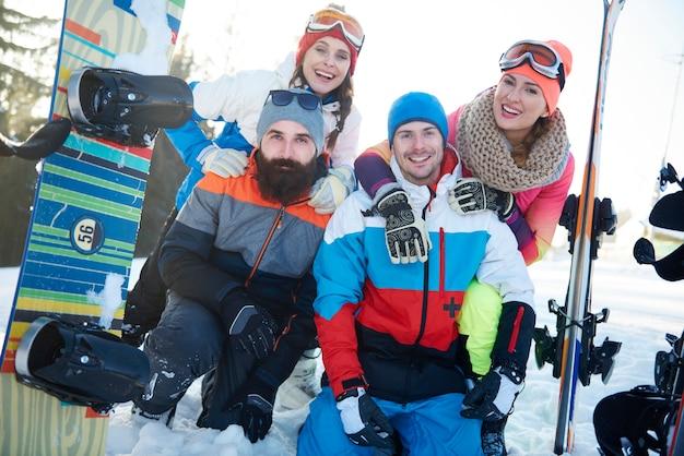 Pozowanie przyjaciół snowboardzistów