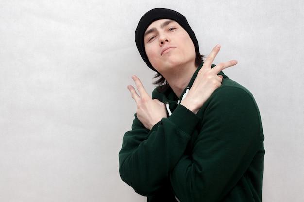 Pozujący biały artysta hip-hopowy.
