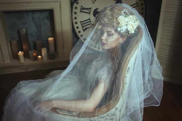 Pozuje piękny model ubrany w białą koronkową sukienkę