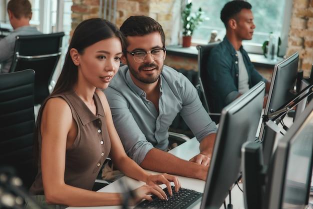 Pozwólcie, że wyjaśnię wam dwoje pozytywnych młodych ludzi patrzących na monitor komputera i dyskutujących o pracy