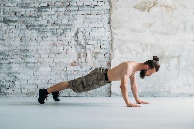 Pozycja deski. styl życia fitness szkolenia sportowe. człowiek ćwiczący
