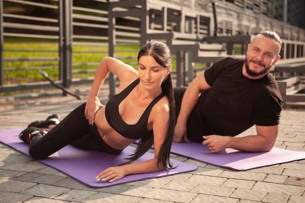 Pozycja jogi do relaksu ciała z młodymi przyjaciółmi