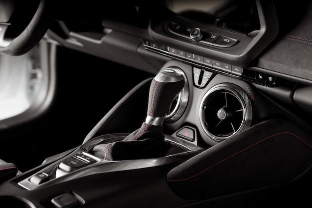 Pozycja na automatycznej skrzyni biegów w nowoczesnym samochodzie sportowym