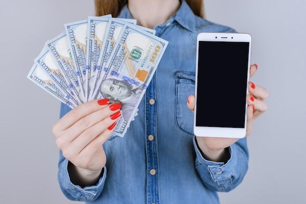 Pożyczka z ekranem dotykowym interfejs dotykowy ludzie osoba prezent fan rachunek dżinsy koszula sklep wygraj transakcja transfer usa kup koncepcja klienta. bliska portret damy z gotówką na białym tle