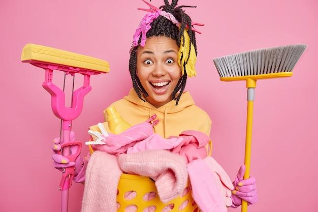 Pozytywna afroamerykańska gospodyni domowa uśmiecha się szeroko, jest szczęśliwa