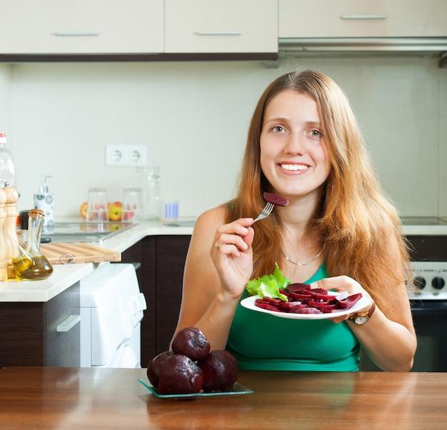 Pozytywna dziewczyna jedzenia