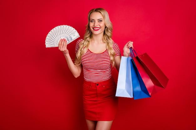 Pozytywna dziewczyna klienta banku otrzymuje zysk cashback trzymaj torby dla fanów pieniędzy