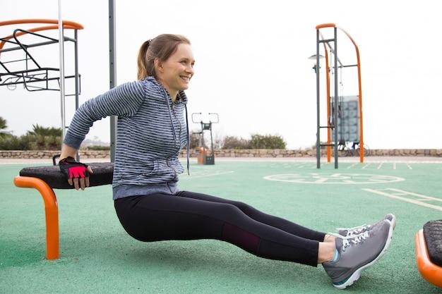 Pozytywna dziewczyna robi ranku ćwiczeniu