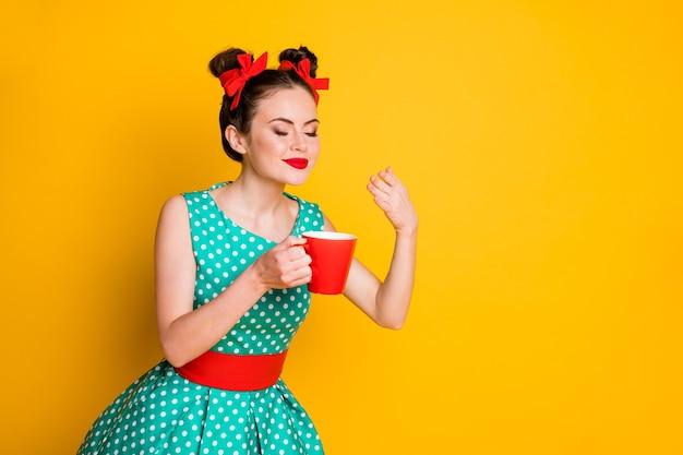 Pozytywna dziewczyna trzyma kubek napoju kofeinowego zapach zapach nosić turkusową spódnicę na białym tle połysk kolor tła