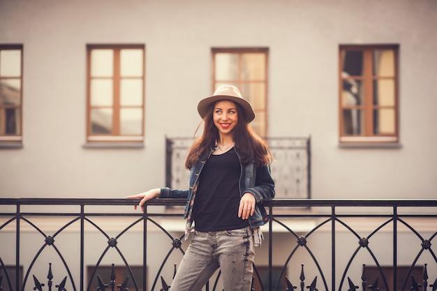 Pozytywna dziewczyna w kapeluszu