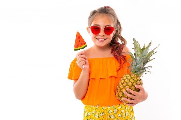 Pozytywna dziewczyna w stroju kąpielowym z szerokim uśmiechem na twarzy