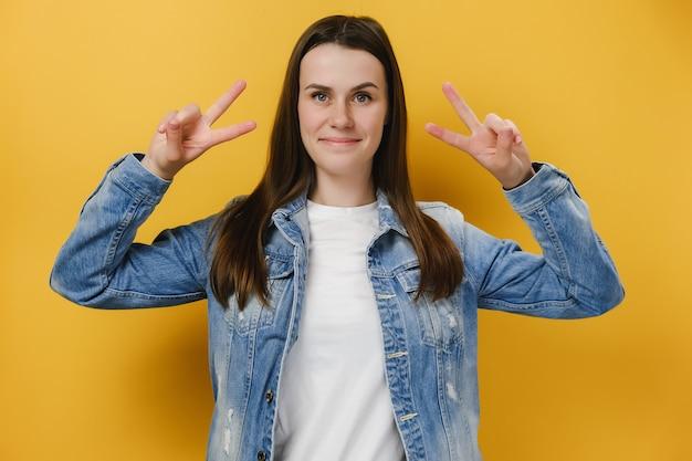 Pozytywna kobieta pokazuje znak pokoju nad oczami