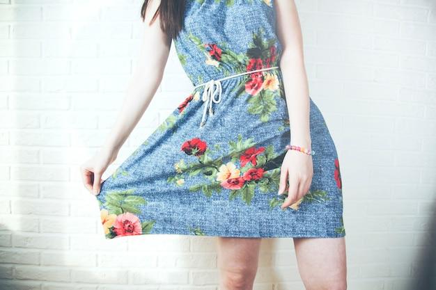 Pozytywna kobieta ubrana w letnią sukienkę