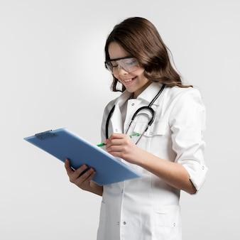 Pozytywna młoda dziewczyna uzupełnia medyczną formę