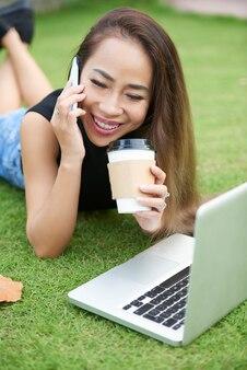 Pozytywna młoda kobieta opowiada na telefonie