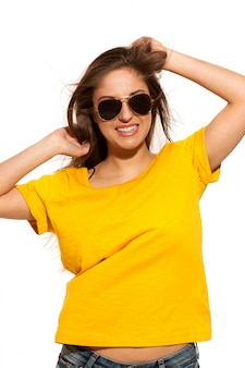 Pozytywna młoda kobieta w okularach przeciwsłonecznych