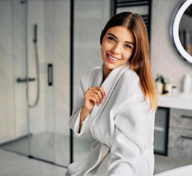 Pozytywna młoda kobieta w szlafroku