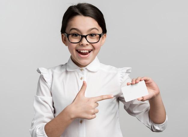 Pozytywna młodej dziewczyny mienia wizytówka
