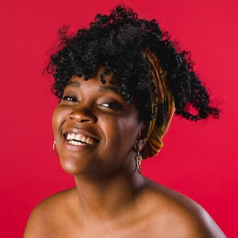 Pozytywna naga czarna młoda kobieta w studio