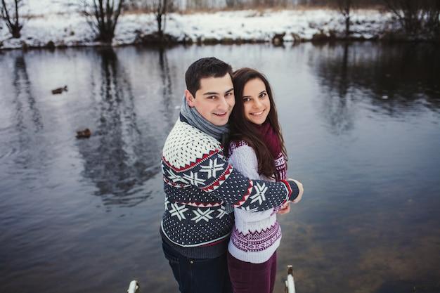 Pozytywna para uśmiecha się
