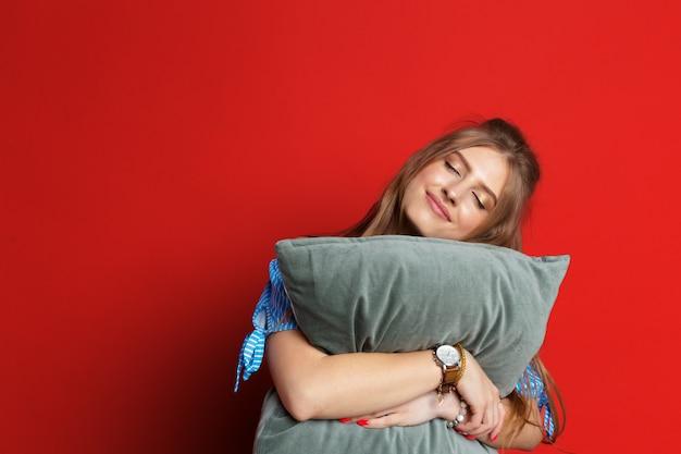 Pozytywna piękna kobiety mienia poduszka