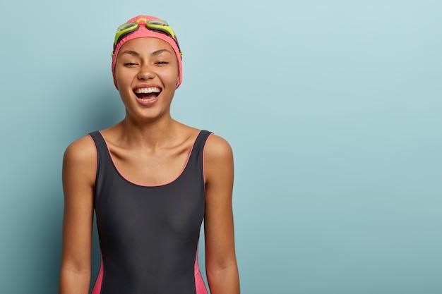 Pozytywna pływaczka pozowanie z okularami