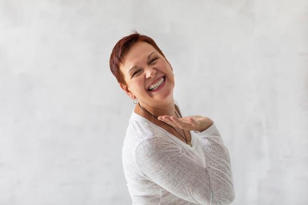 Pozytywna starsza dama się śmieje