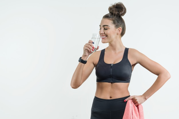 Pozytywna uśmiechnięta sprawności fizycznej kobiety woda pitna