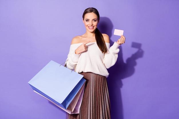 Pozytywna wesoła dziewczyna centrum klienta punkt palec wskazujący biała kartka papieru